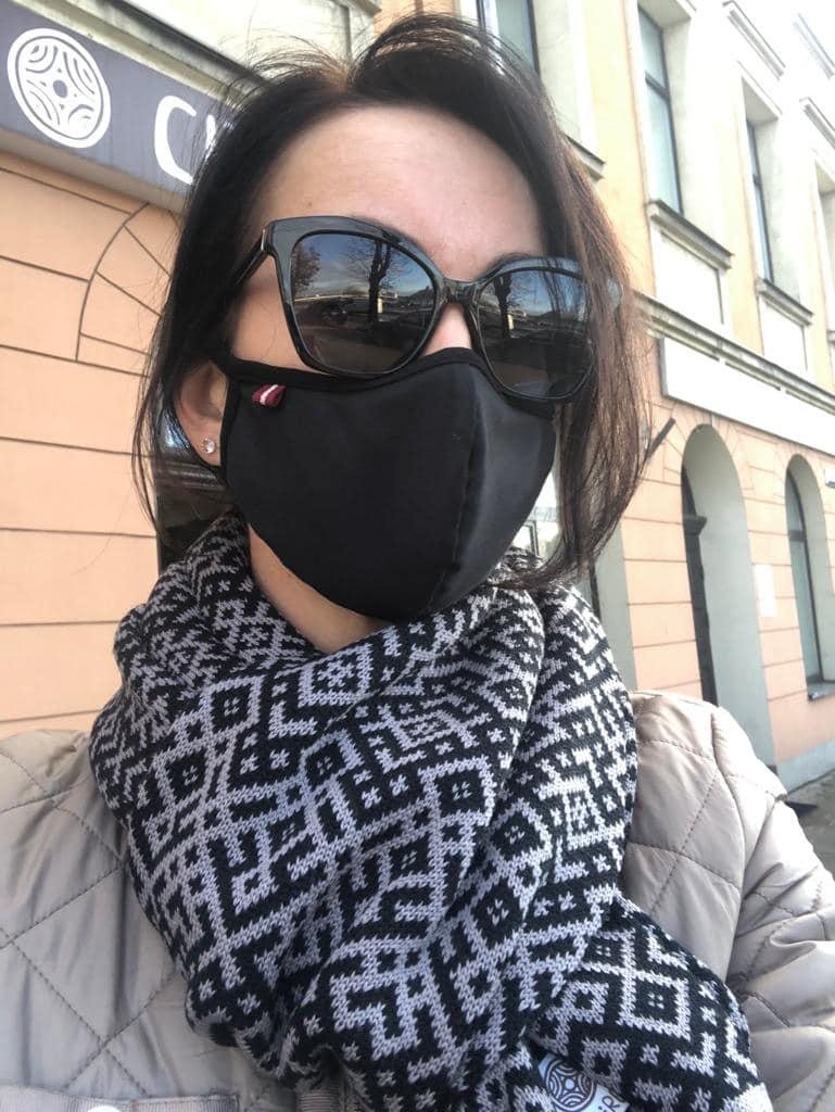 Sejas maska kopā ar cita rota silto šalli
